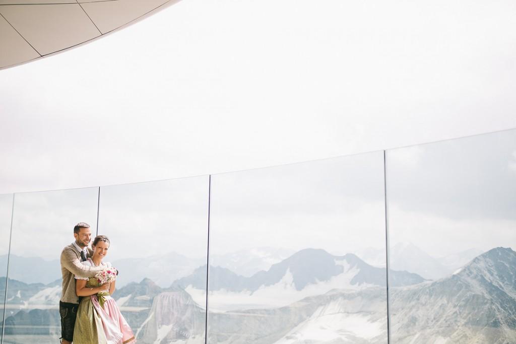 Brautpaar auf der Terrasse