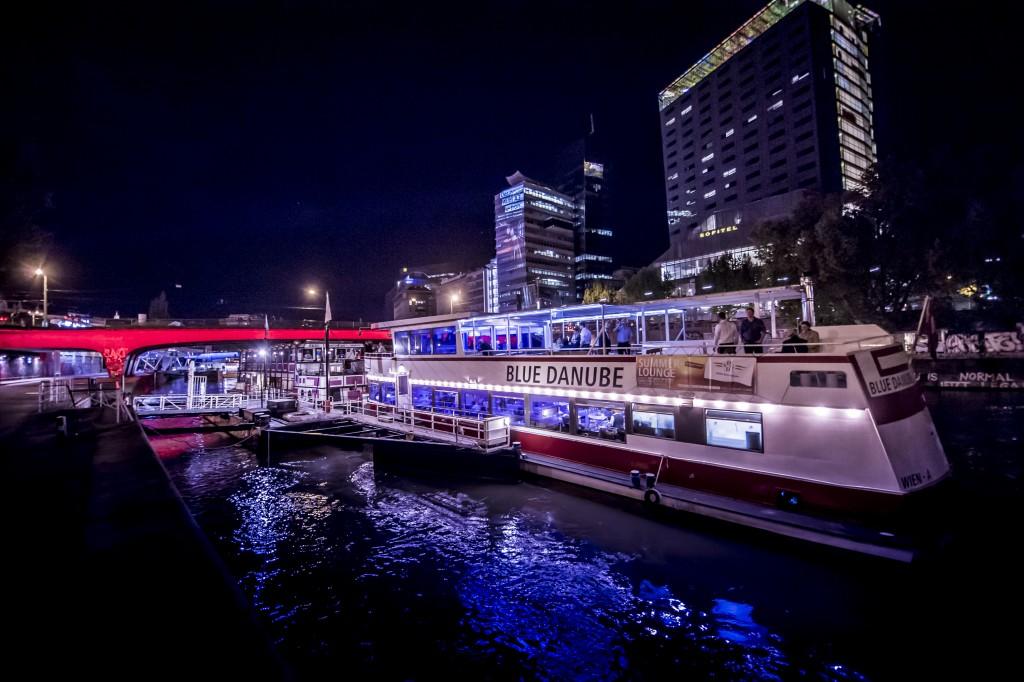 Blue Danube bei Nacht